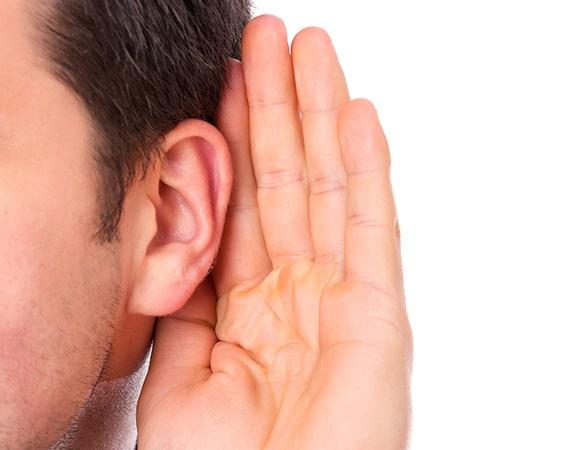 Uši s prislonjenim rukama