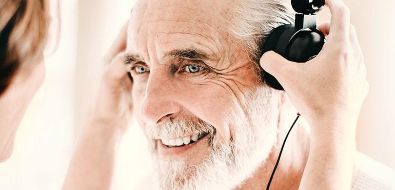 Muškarac sa slušalicama na slušnom testu