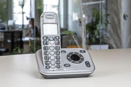 Bežični telefon na stanici za punjenje
