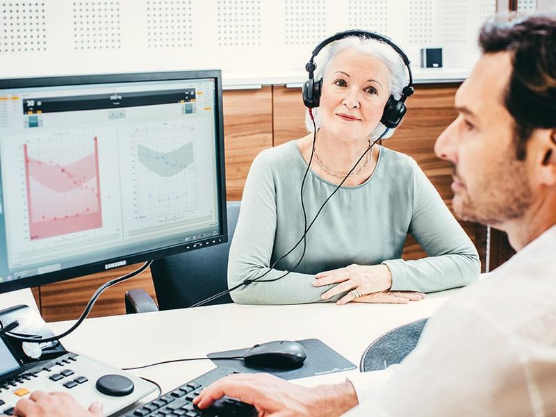 Žena sa slušalicama na slušnom testu