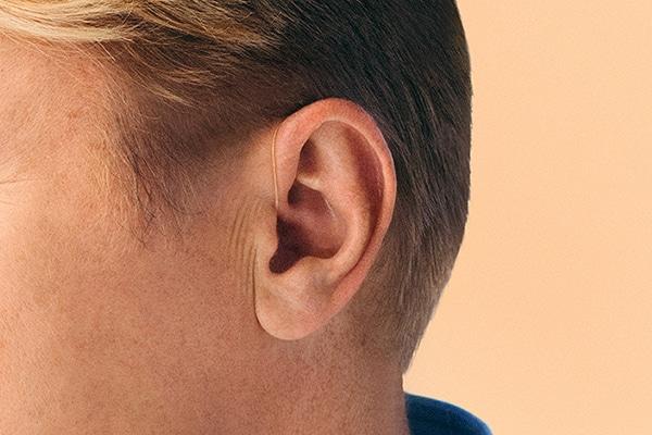 Uho sa zaušnim slušnim pomagalom
